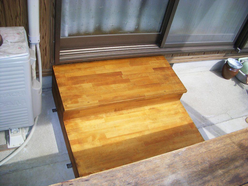 リビング窓と庭の段差を解消する、足腰に優しい踏み台
